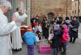 La benedizione degli animali sul sagrato della chiesa di San Paolo