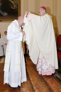 La vestizione della dalmatica da parte del Vescovo