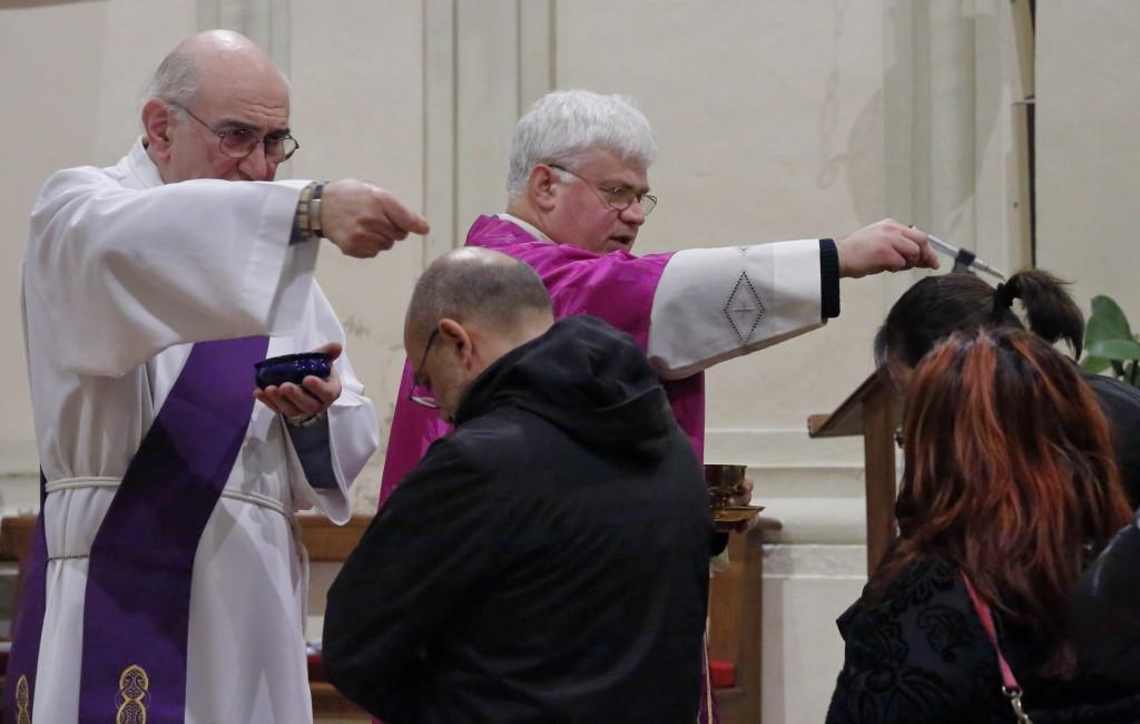 """L'imposizione delle ceneri sul capo del fedele. """"Convertitevi, e credete al Vangelo"""