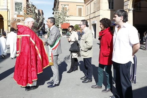 Il dono dell'ulivo benedetto al Sindaco, presente la Giunta