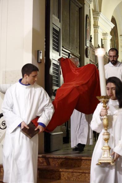 La croce velata esce dalla sacrestia