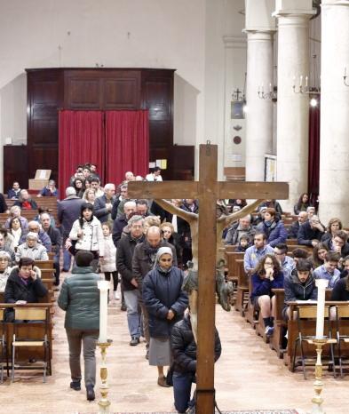 L'Assemblea in fila per l'adorazione della ceoce