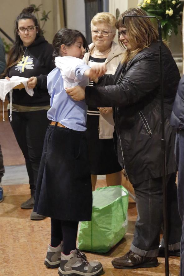 Una bambina appena confessata indossa la veste bianca