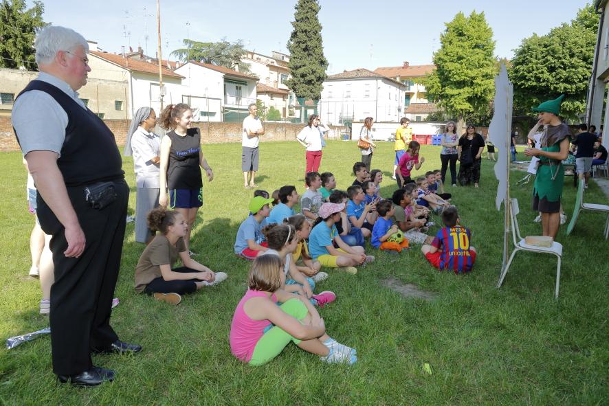 I bambini ascoltano le spiegazioni del tema dell'Estate Ragazzi