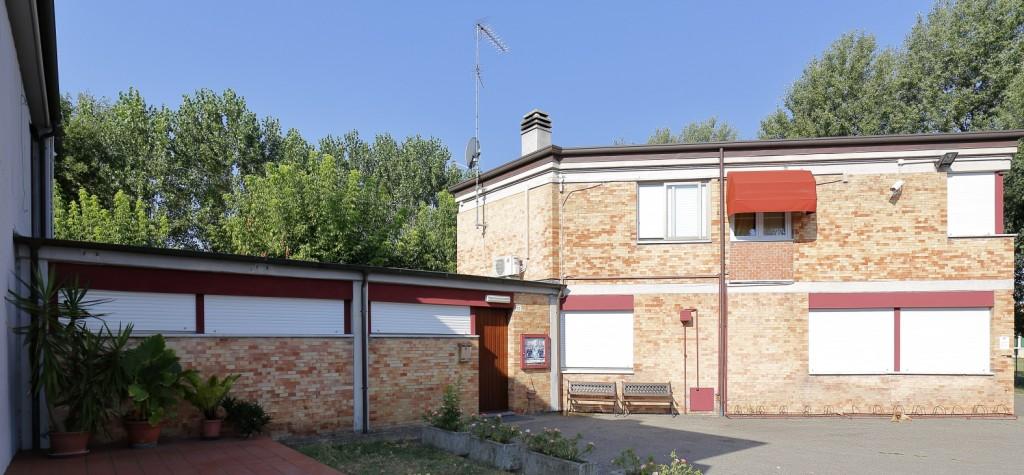 I locali adiacenti la chiesa sono: al piano terra l'Oratorio e al Primo piano l'appartamento del Parroco