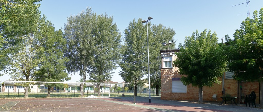 Il campo da pallavolo, subito dietro il campo da calcio e sullo sfondo la scuola elementare di Fruges