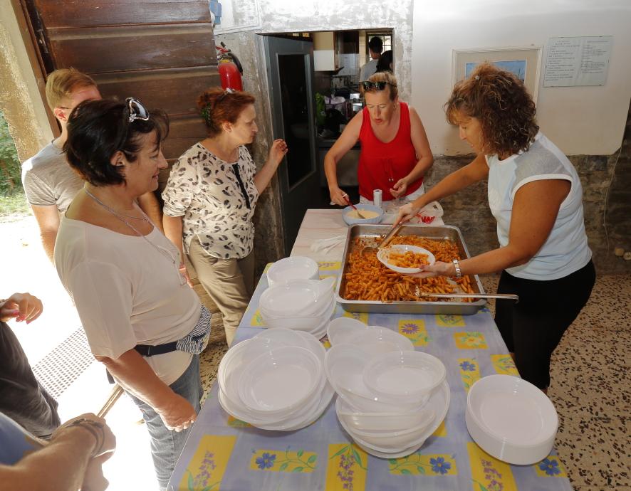 Il ritiro dei piatti dei maccheroni con l'ottimo ragù