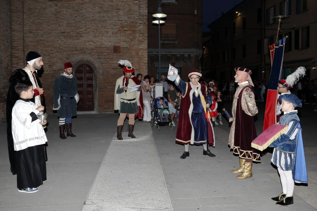 Il priore del quartiere vincitore l'anno scorso, il San Giovanni, riconsegna il Palio