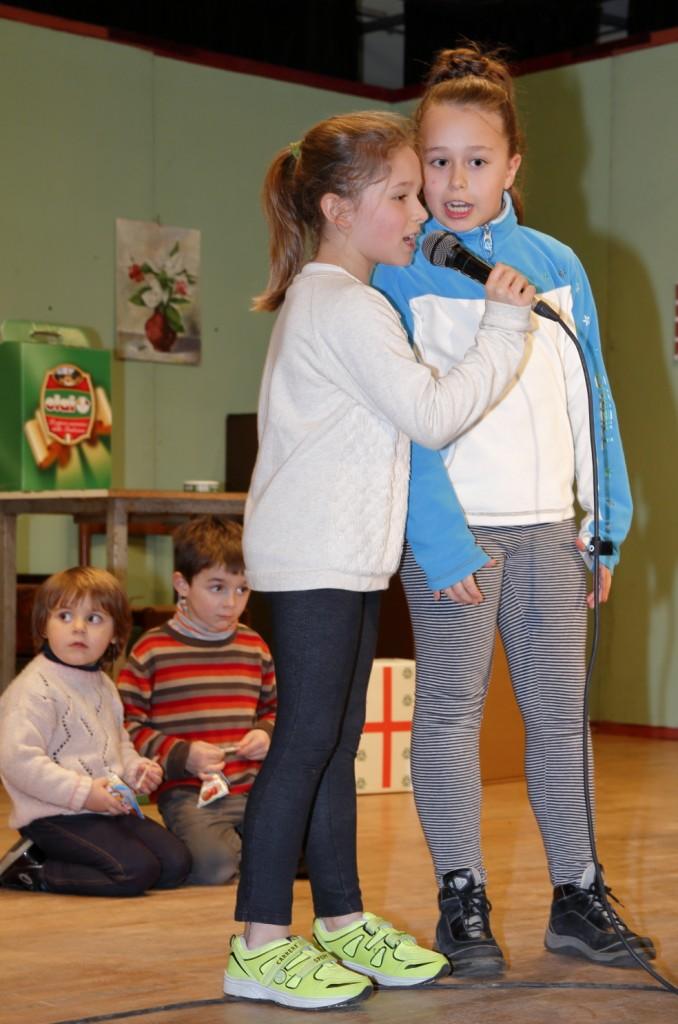 Una coppia di bambine recitano una poesia