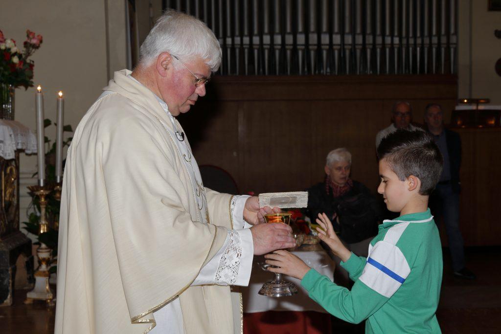 I bambini che hanno fatto per la prima volta la comunione portano il pane ed il vino