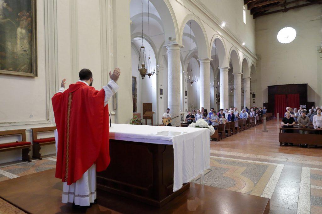 La preghiera dopo la comunione e l'assemblea che ha partecipato alla Santa Messa