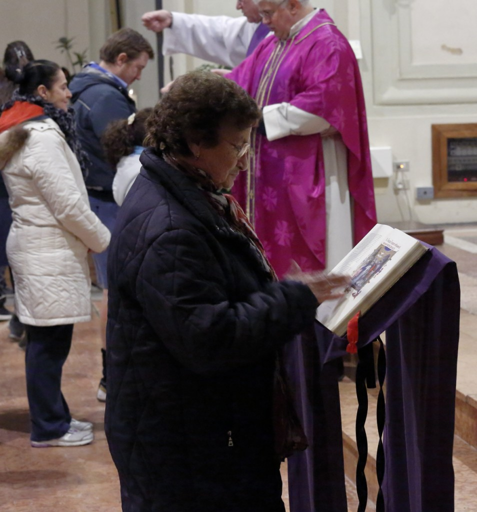 L'imposizione delle mani del fedele sul Vangelo a significare l'impegno, dopo la conversione, a credere nel Vangelo.