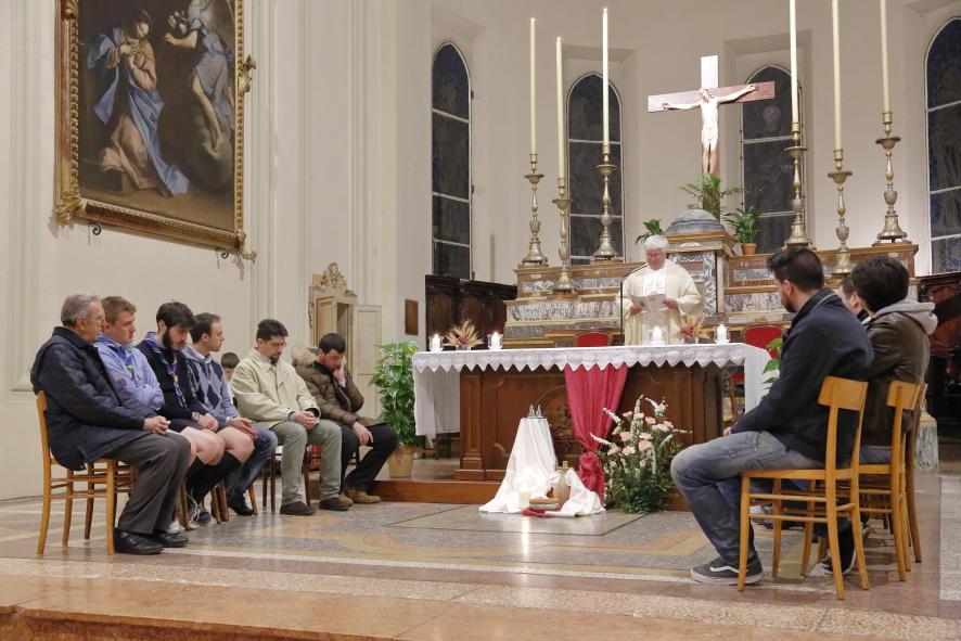 """La mensa Eucaristica con gli oli sacri e i """"dodici apostoli"""""""