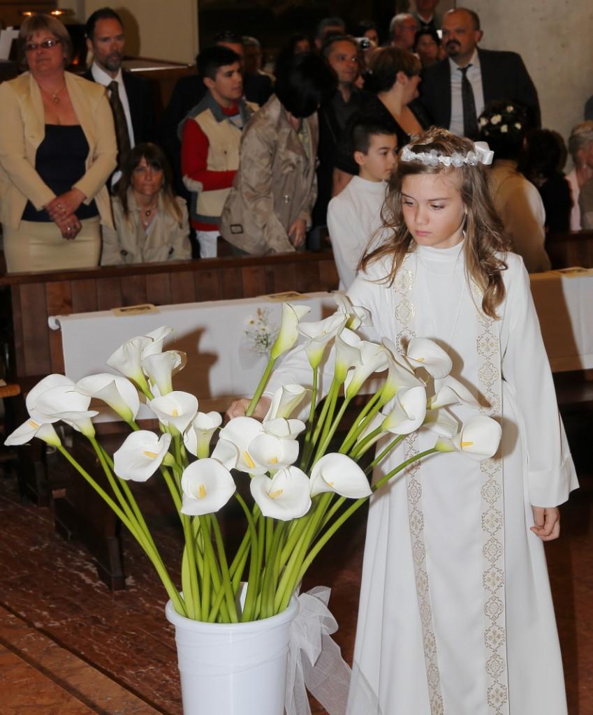 I bambini depositano il fiore che hanno portato in processione