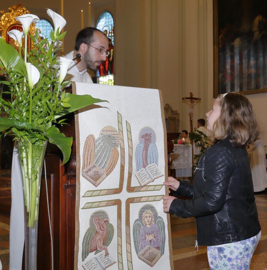 I bambini del catechismo preparano l'altare e l'ambone