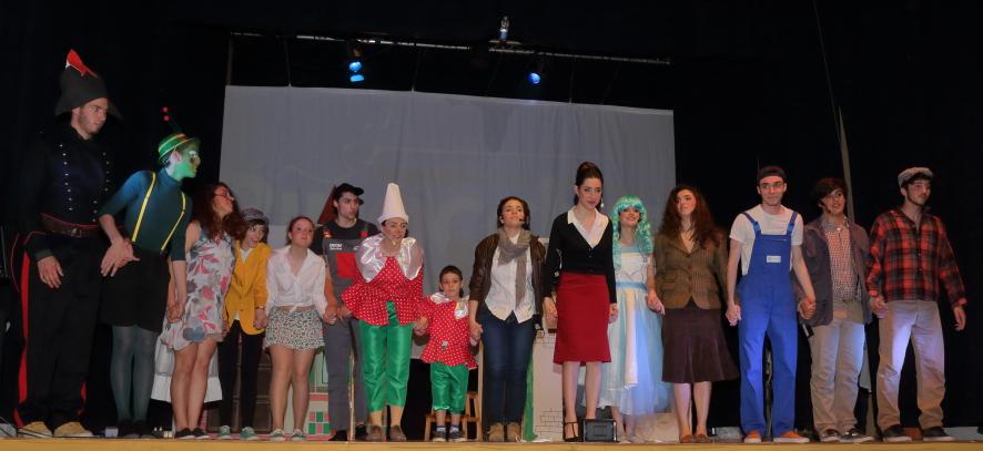 Gli attori sul Palco ricevono gli applausi del pubblico