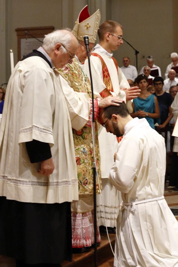 L'imposizione delle mani da parte del Vescovo