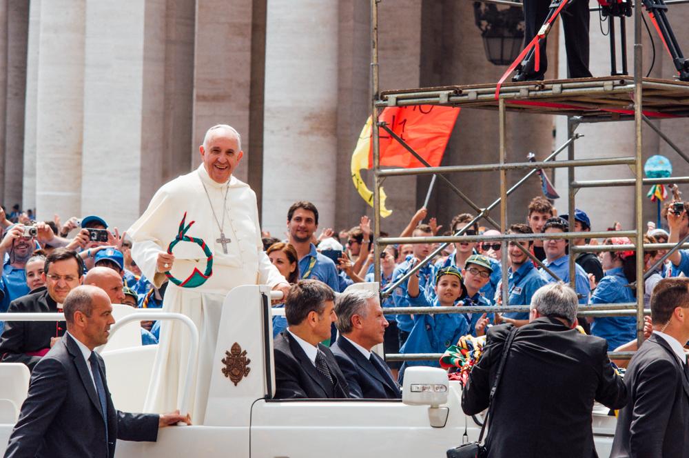Il Papa attraversa la piazza a bordo della papamobile