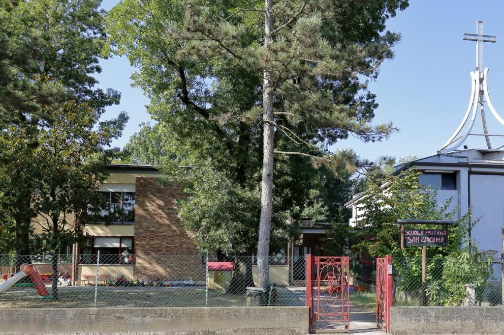 """L'entrata della Scuola materna """"San Giacomo"""" di Fruges adiacente alla chiesa"""