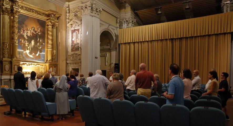 Un momento della celebrazione Eucaristica all'interno della ex chiesa del Carmine