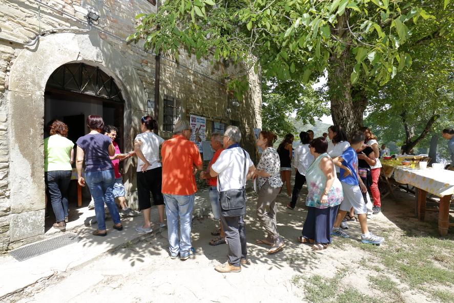 La fila per prendere il piatto dei maccheroni