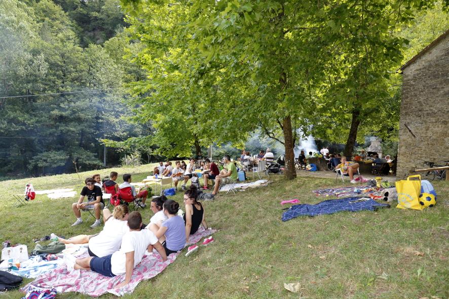 Una panoramica del pranzo sull'erba con l'immancabile fumo delle grigliate