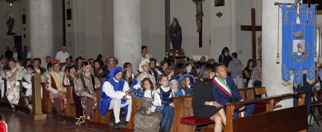 L'amministrazione comunale con il gonfalone e i quartieri San Giovanni  e Bolognano