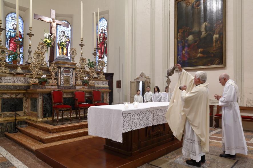 La benedizione alle reliquie dei santi