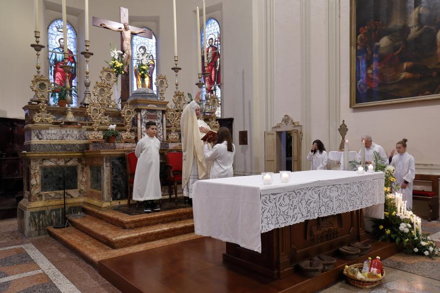 La benedizione finale all'assemblea con l'intercessione dei santi