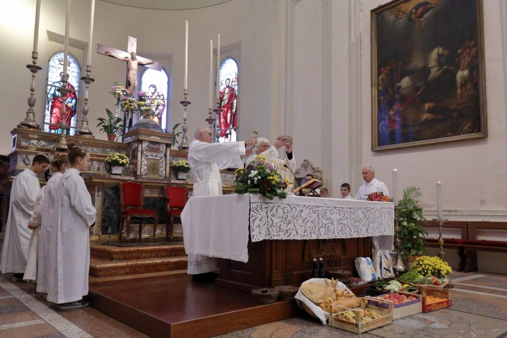 Tutti i doni ai piedi dell'altare