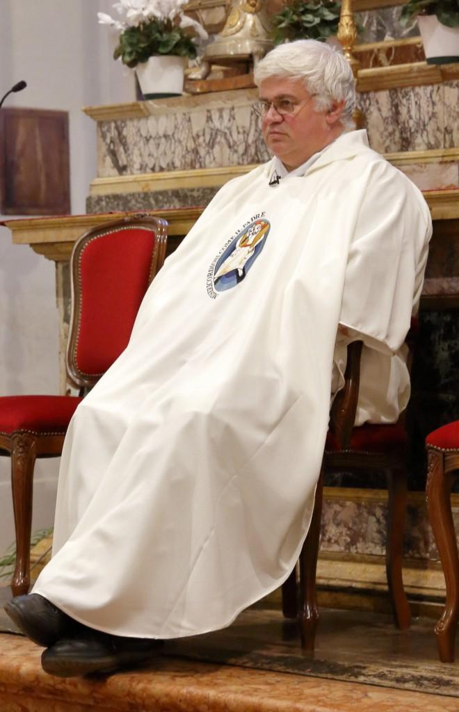 Il Parroco ha rinnovato la pianeta con il simbolo del Giubileo della Misericordia