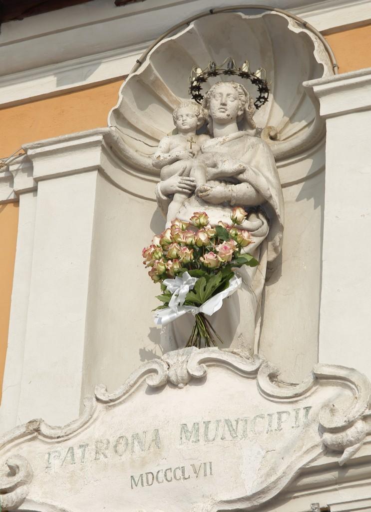 La Madonna con il mazzo di fiori