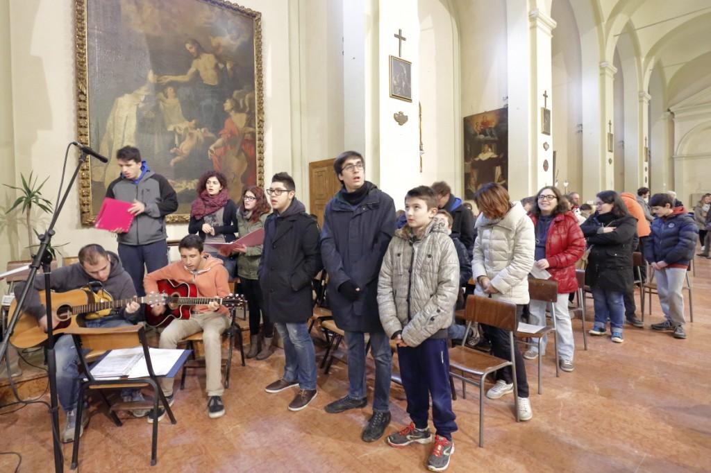 L'animazione dei canti liturgici da parte dei ragazzi dell'Azione Cattolica intervenuti alla Santa Messa durante il loro ritiro