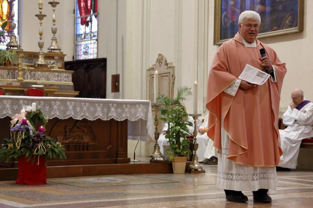 Il celebrante con la casula rosa