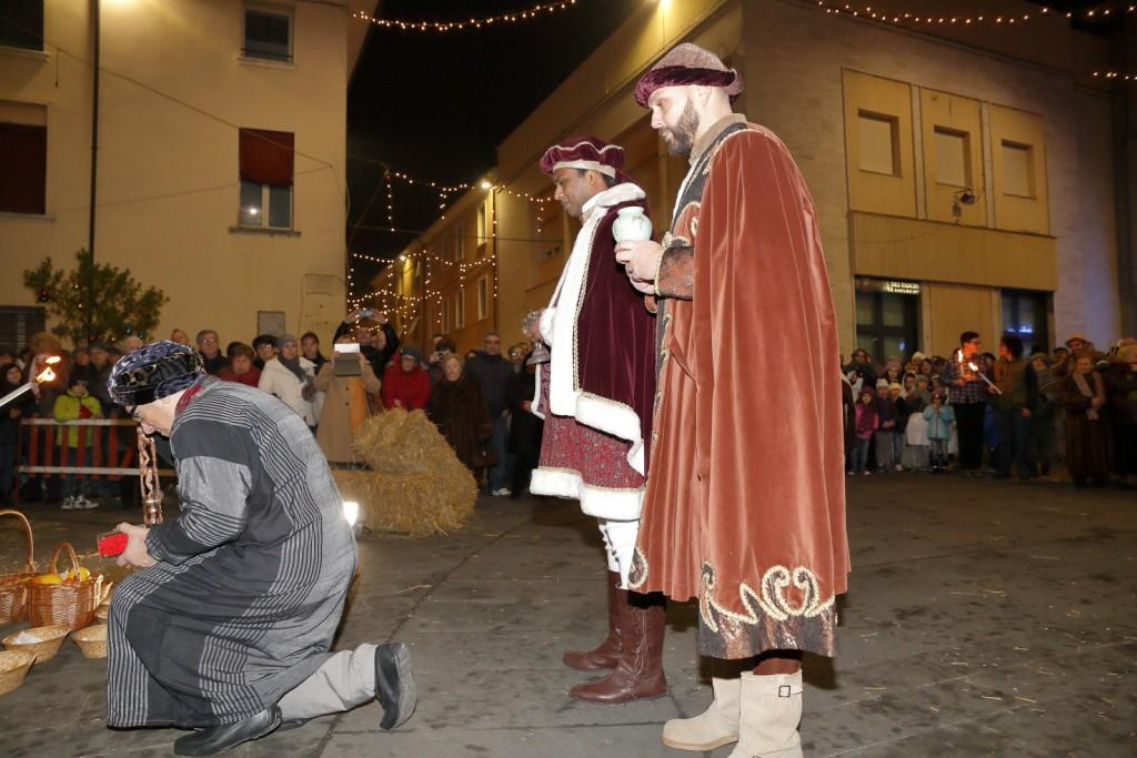 I tre re Magi offrono al Bambino i loro doni: oro, incenso e mirra