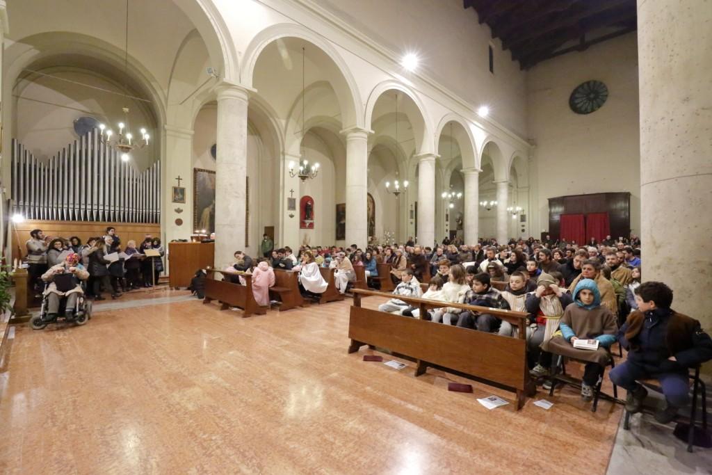 Il gran numero di fedeli che assistono alla Santa Messa della notte di Natale