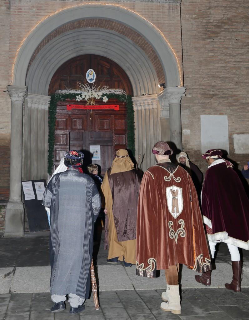 L'ingresso dei figuranti nella chiesa di San Paolo