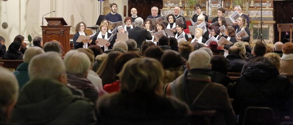 Il numeroso e attento pubblico in religioso ascolto