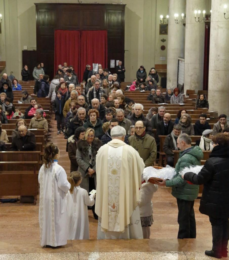 La lunga fila delle famiglie per la benedizione