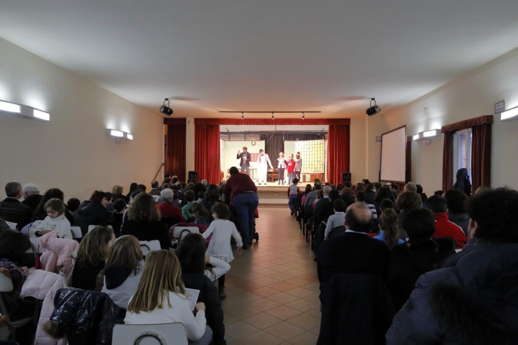 La sala del teatro dell'Oratorio piena di famiglie