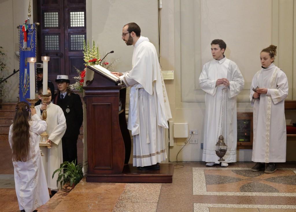 Il diacono don Daniele Sirna proclama il Vangelo
