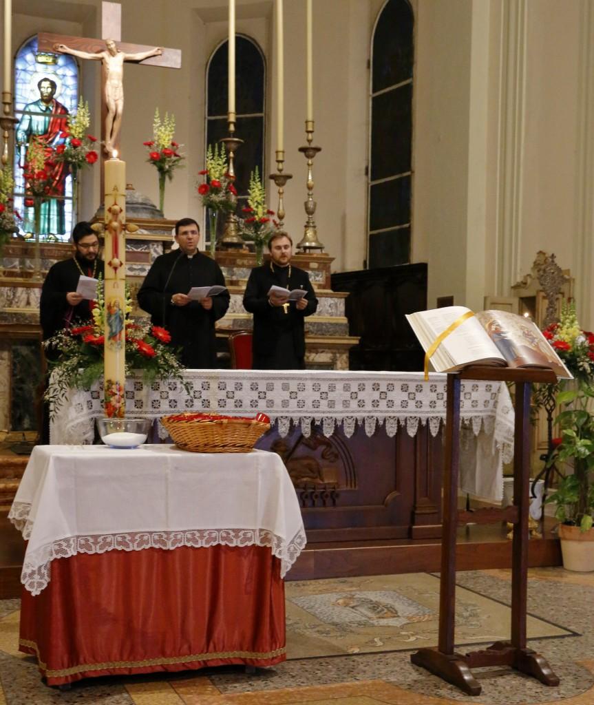 I tre sacerdoti sotto lo sguardo di san Paolo