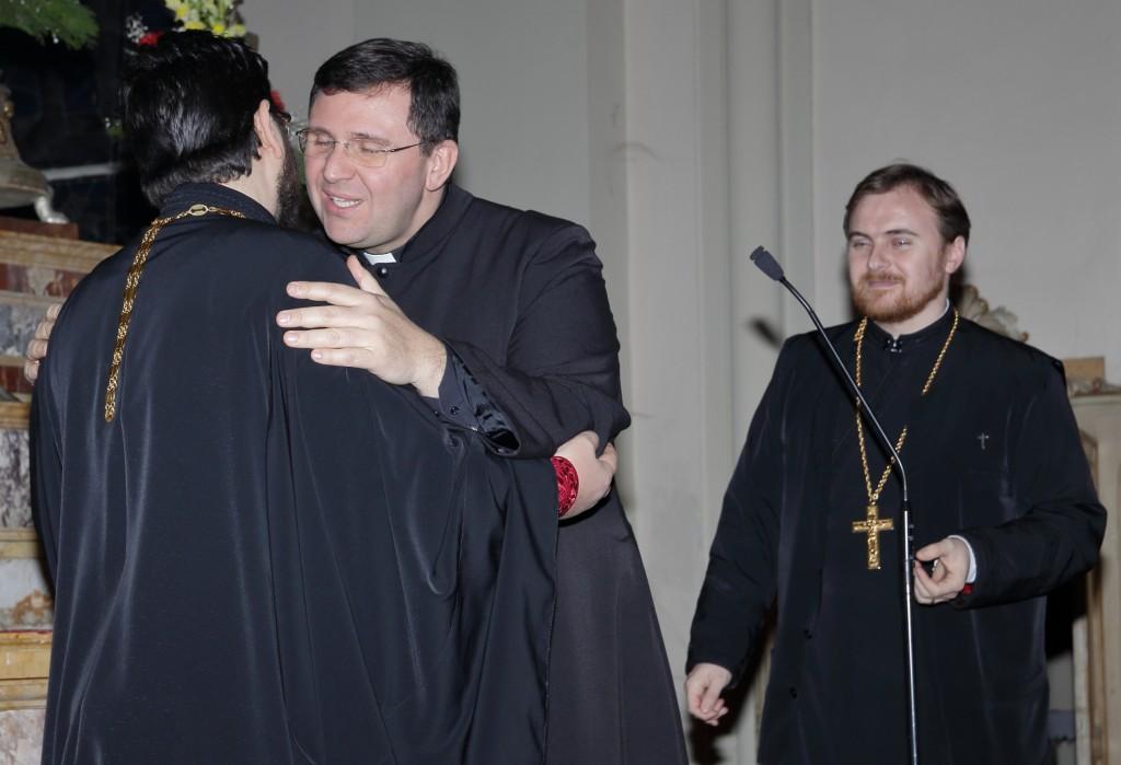 Lo scambio della pace tra i tre sacerdoti