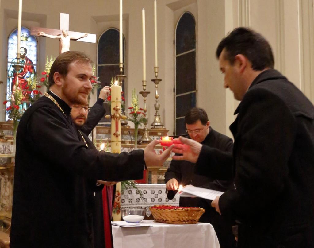 La consegna dei cerini accesi ai fedeli intervenuti