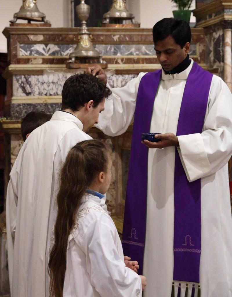 L'imposizione delle ceneri ad un ministrante