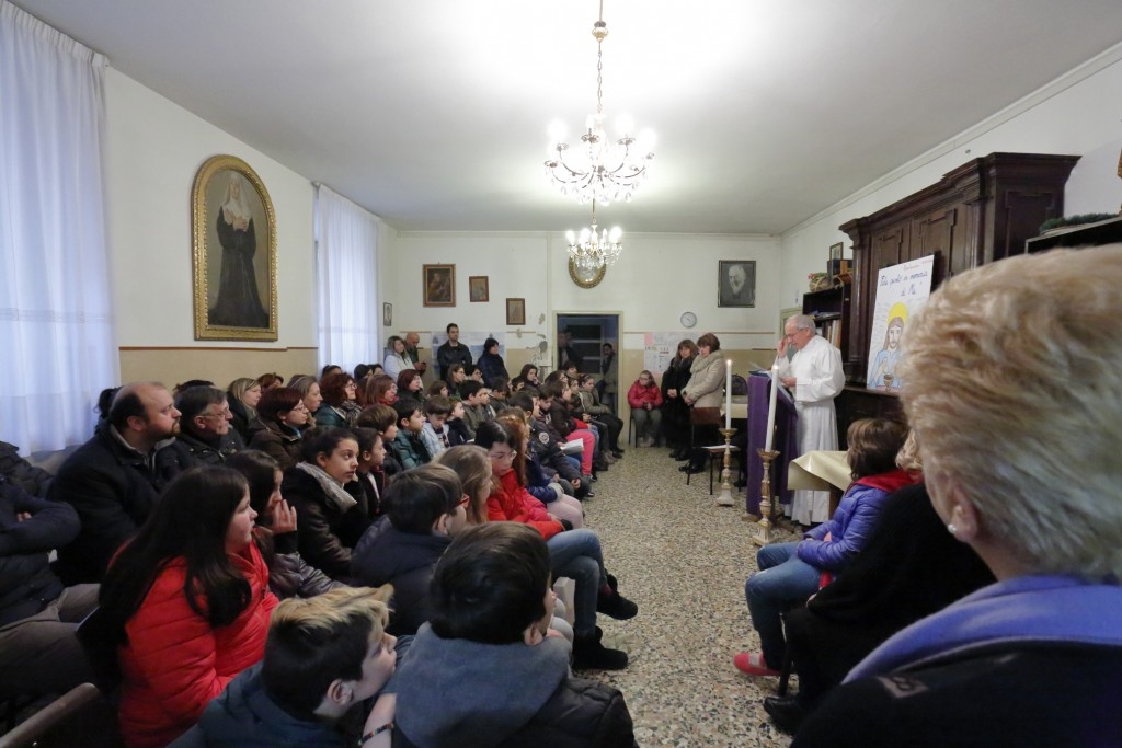 I bambini del terzo anno di catechismo con i loro genitori durante la liturgia della Parola