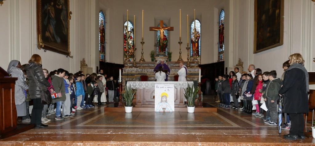 Tutti i bambini e i catechisti sul presbiterio sono presentati alla comunità perché preghino per loro