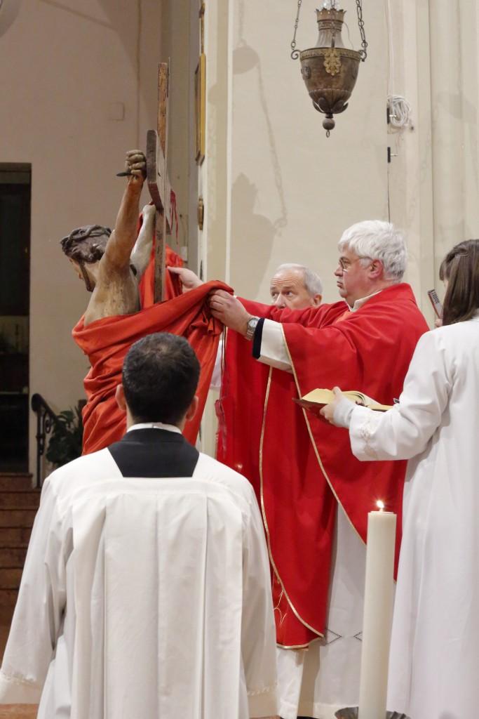 """Il sacerdote toglie il velo dicendo: """"Ecco il legno della croce, al quale fu appeso il Cristo, il salvatore del mondo"""""""