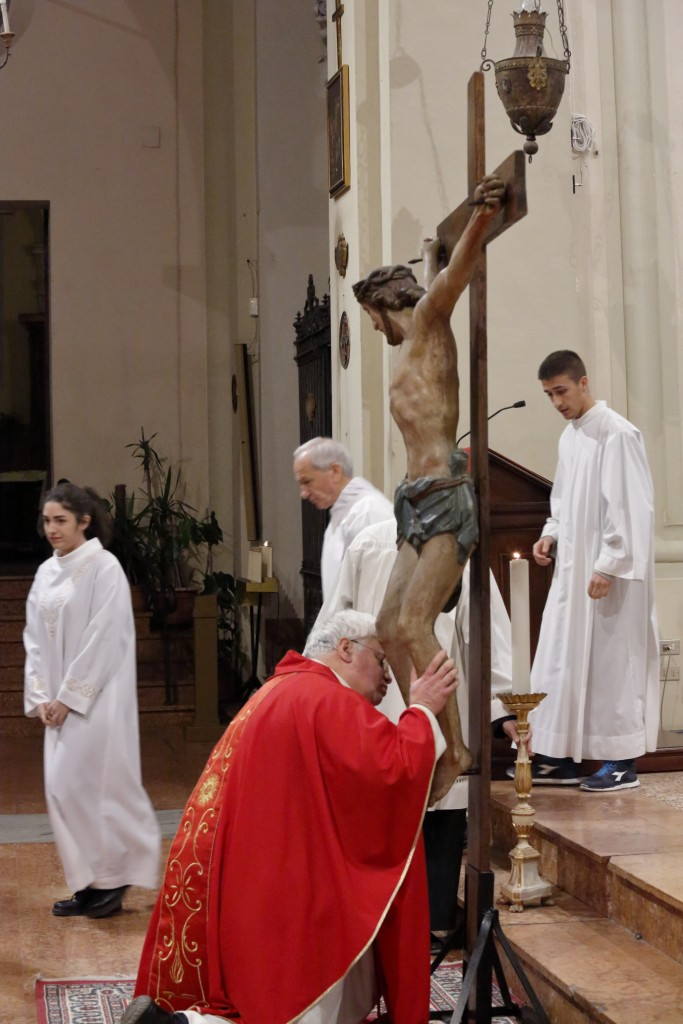 Inizia l'adorazione della croce
