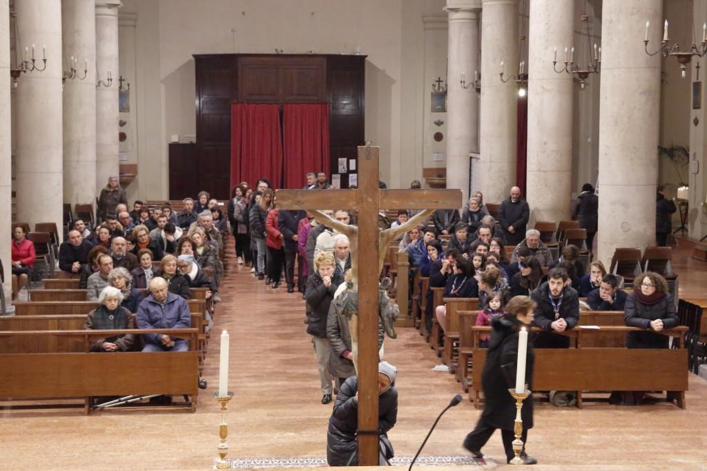I fedeli aspettano il loro turno per adorare la croce